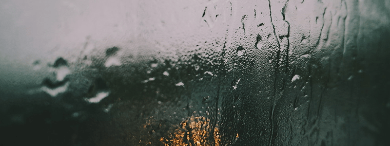 glass-window-drippling-with-water-drops